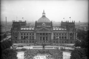Die grosse Verfassungsfeier der Reichsregierung am 11. August 1932 in Berlin ! Blick von der Siegessäule auf den flaggengeschmückten Platz vor dem Reichstag während der Verfassungsfeier.