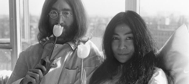 800px-John_Lennon_en_zijn_echtgenote_Yoko_Ono_op_huwelijksreis_in_Amsterdam_hielden_pe,_Bestanddeelnr_922-2301