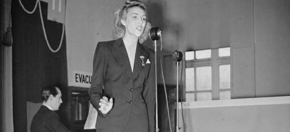 Vera_Lynn_Visits_a_Munitions_Factory,_UK,_1941_P551_cut